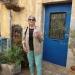 Hélène devant une jolie porte